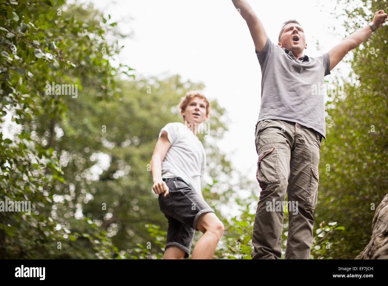 Padre e figlio di godere in un parco Immagini Stock