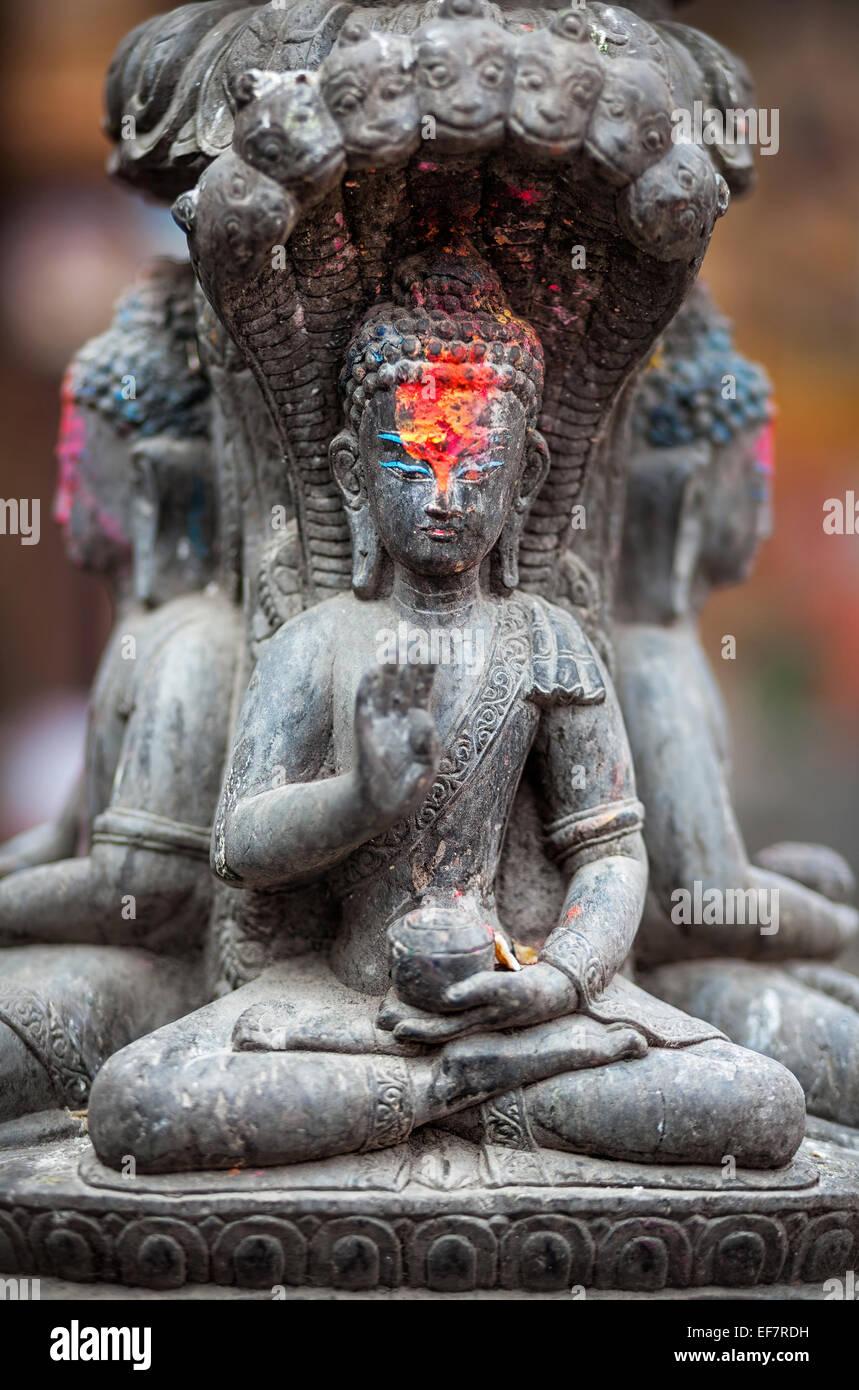 Statua del Buddha con il colore rosso sulla sua fronte a Kathmandu in Nepal Immagini Stock