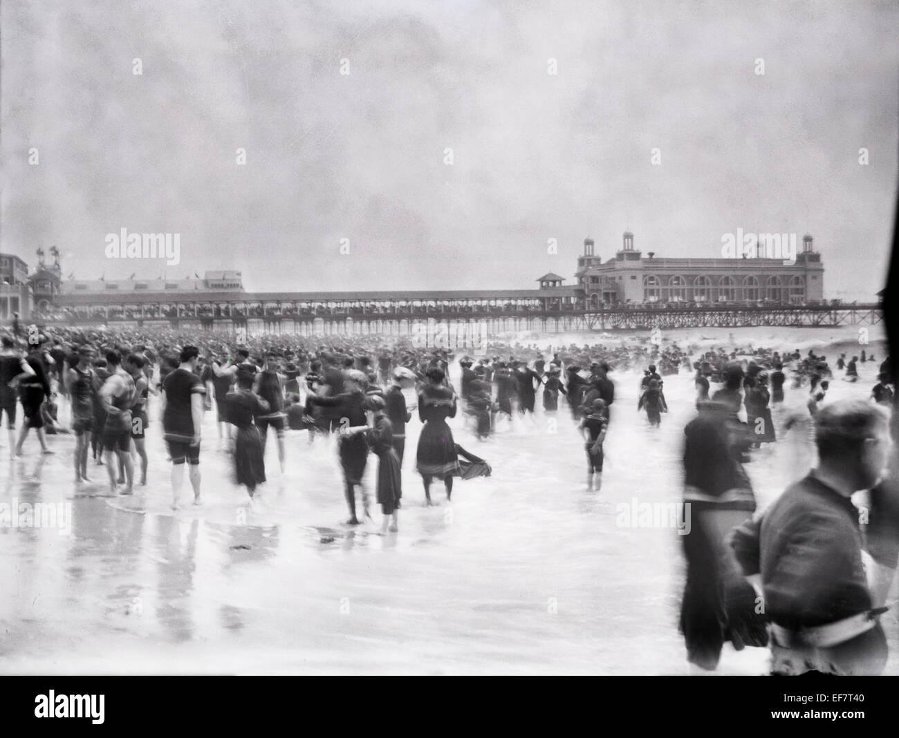 Antique 1899 fotografia, acciaio Pier dalla spiaggia con i bagnanti Vittoriano, in Atlantic City, New Jersey, USA. Immagini Stock