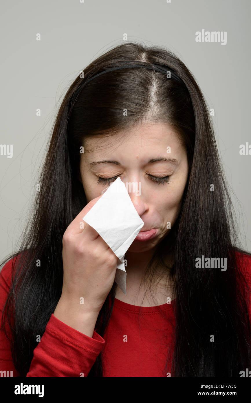 miglior posto per sconto del 50 andare online Donna che piange e strofinando le lacrime con un fazzoletto ...