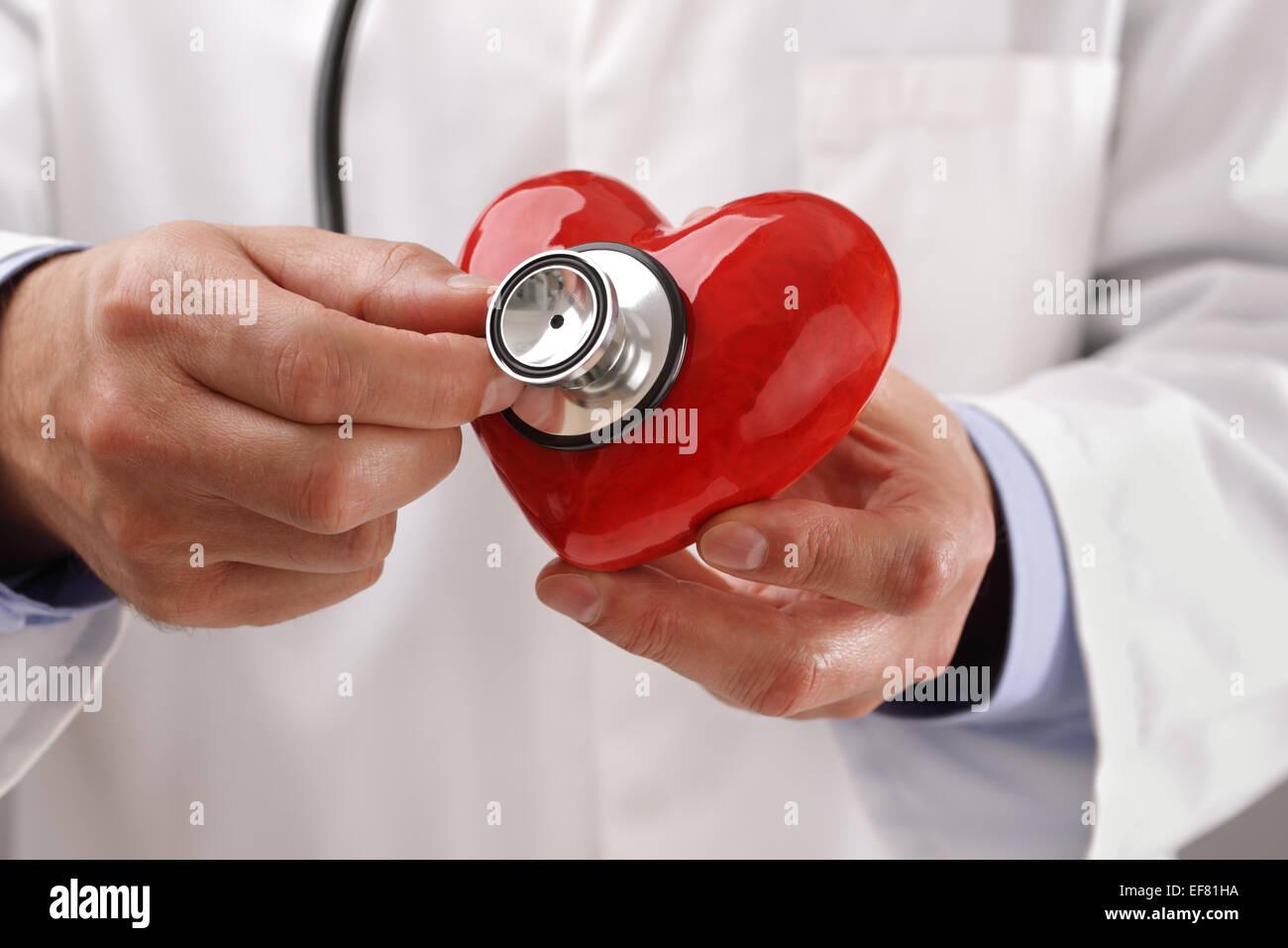 Medico tenendo cuore Immagini Stock