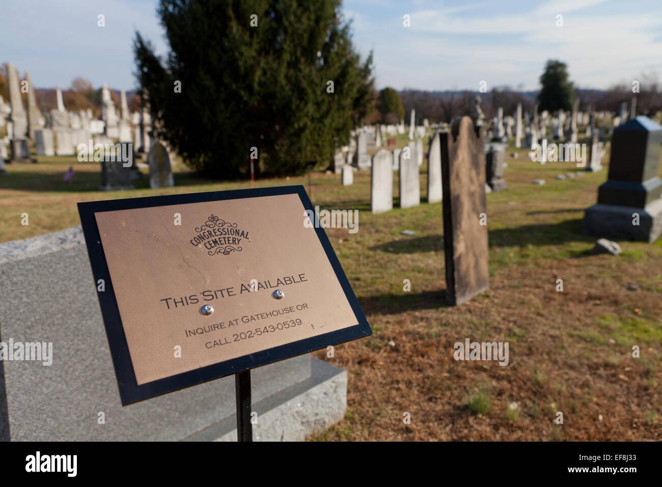 Recinto disponibile segno IN UN CIMITERO DI SUNNYDALE - congressuale del cimitero, Washington DC, Stati Uniti d'America Immagini Stock