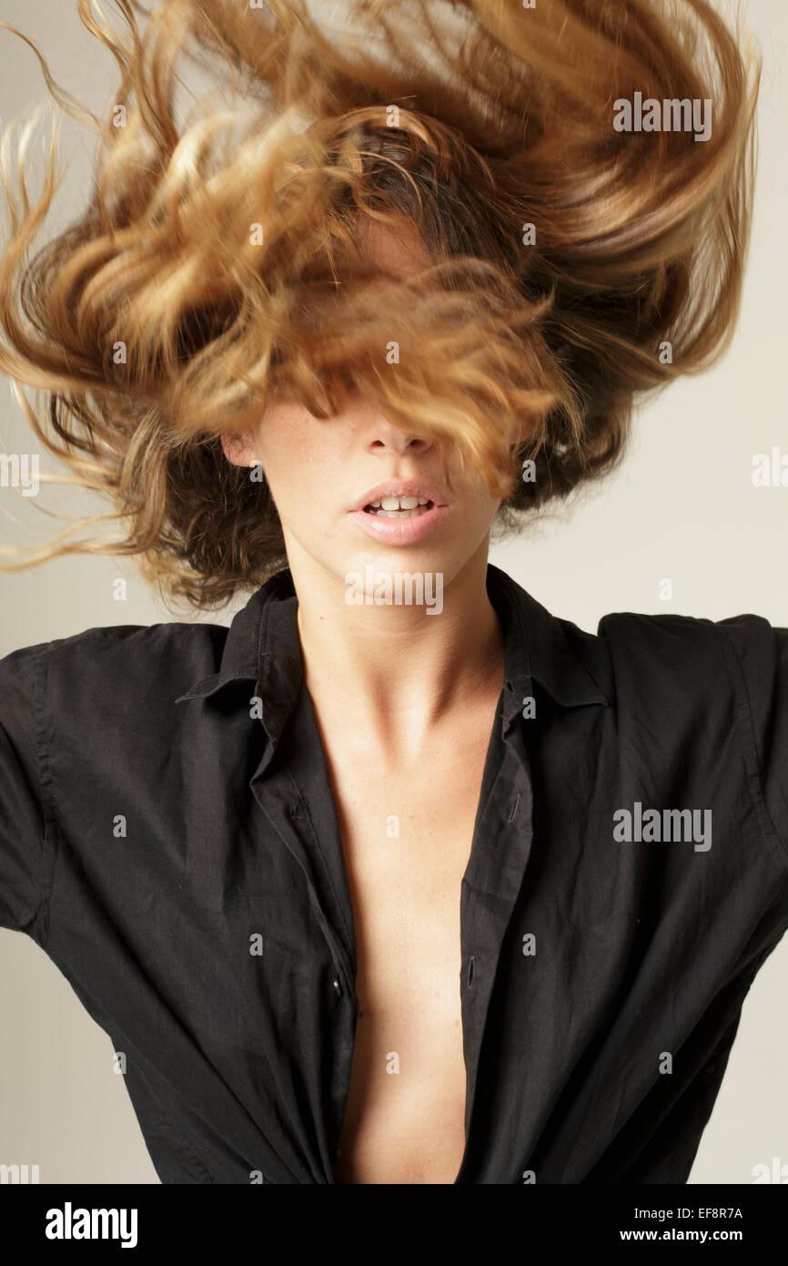 Donna flipping lunghi capelli biondi Immagini Stock