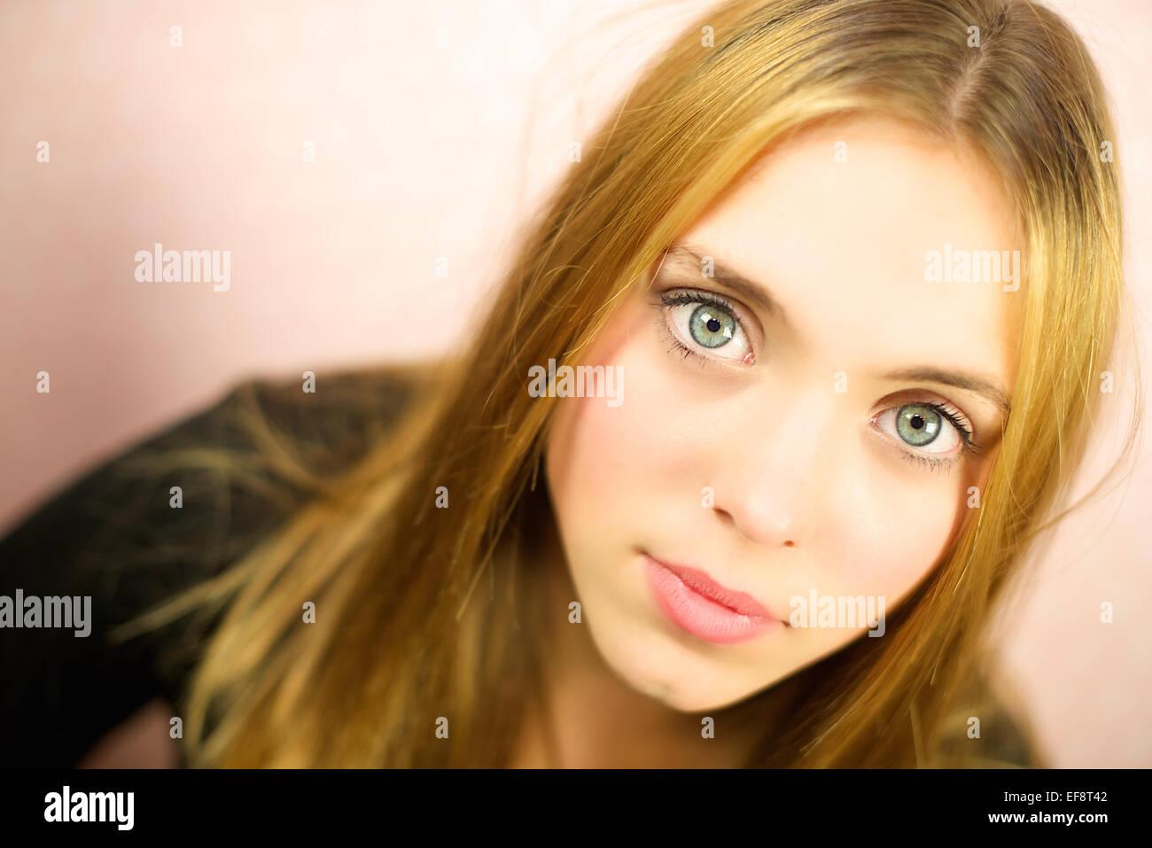 Ritratto di ragazza (12-13) su sfondo beige Immagini Stock