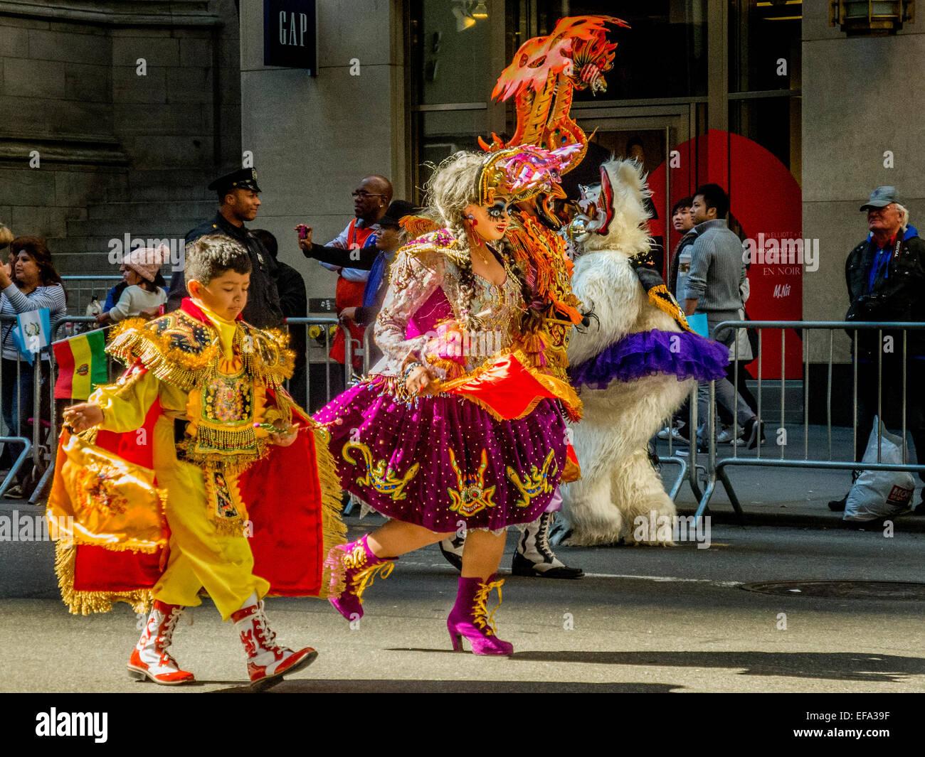 In costume elaboratamente dimostranti in rappresentanza delle collettività regionali etnici culture spagnolo Immagini Stock