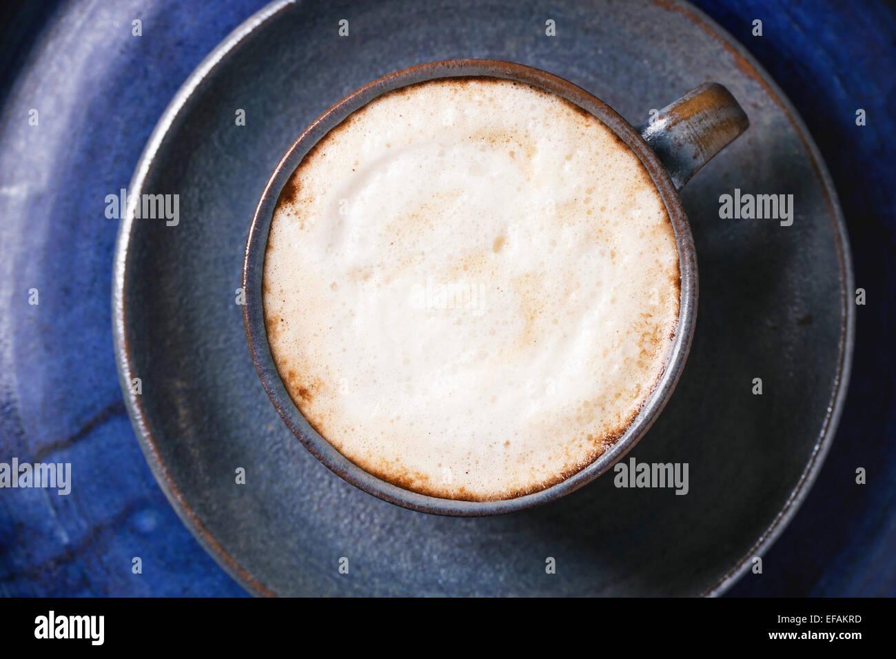 Ceramica Blu tazza di cappuccino oltre blu Vassoio in ceramica Vista dall'alto. Foto Stock