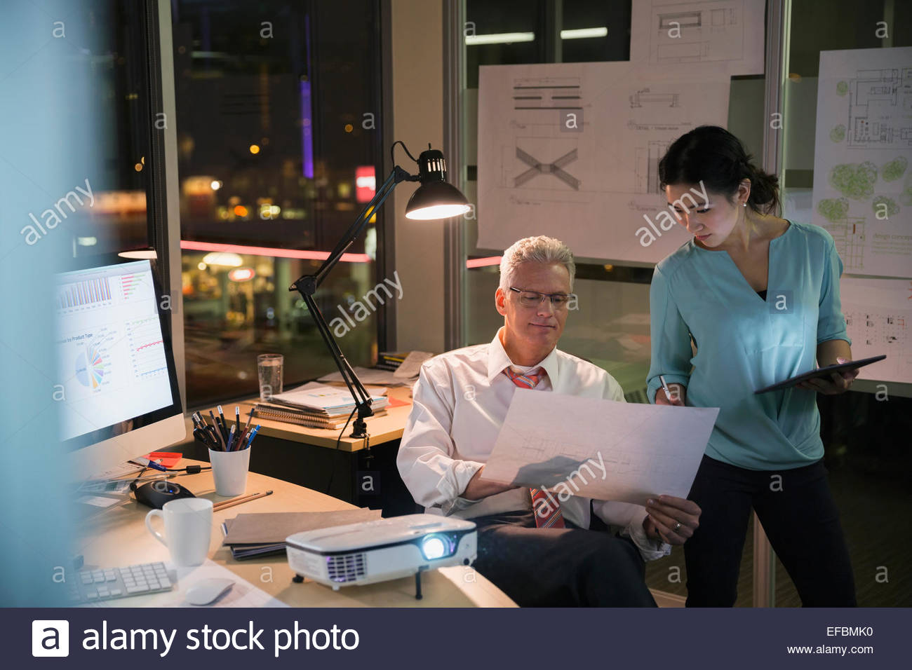 La gente di affari lavora fino a tardi in ufficio Immagini Stock