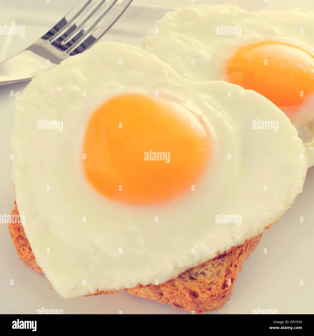 Primo piano di alcuni a forma di cuore le uova fritte servite su pane tostato, con un effetto di filtro Immagini Stock
