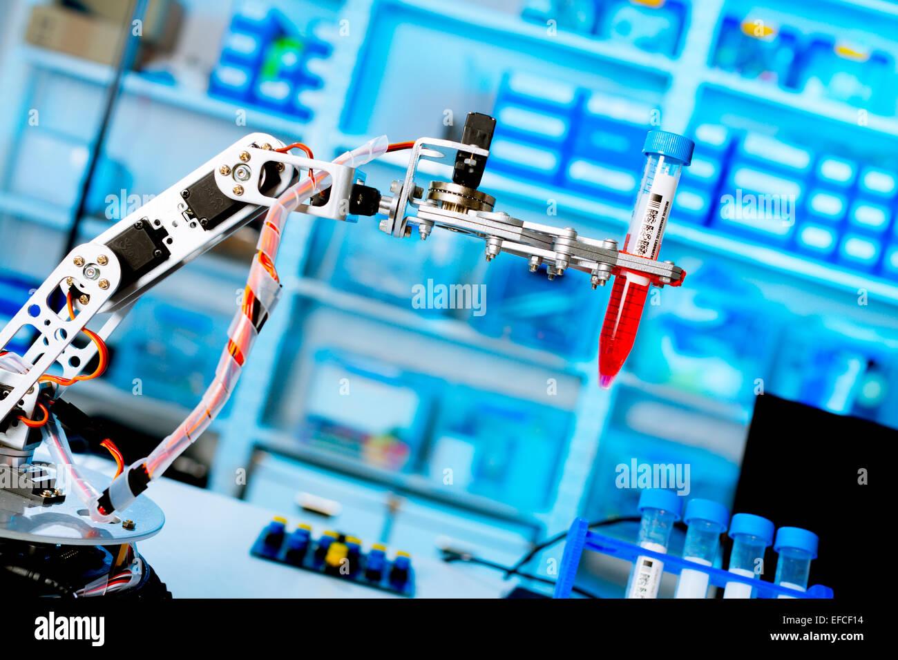 Robot manipola i tubi di chimica in laboratorio Immagini Stock