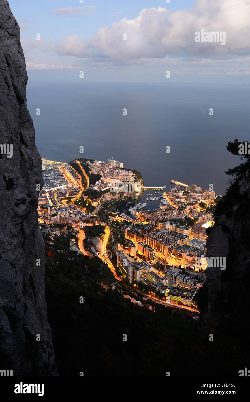 Principato di Monaco al crepuscolo si vede da un altitudine di 550m amsl con due scogliere calcaree al telaio della Immagini Stock