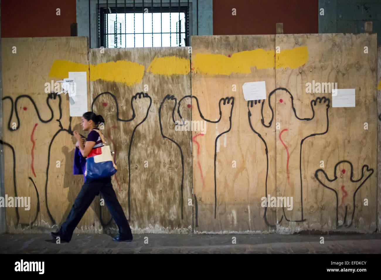 Oaxaca, Messico - 'In alto le mani, non sparare' graffiti su in solidarietà con le proteste contro Immagini Stock