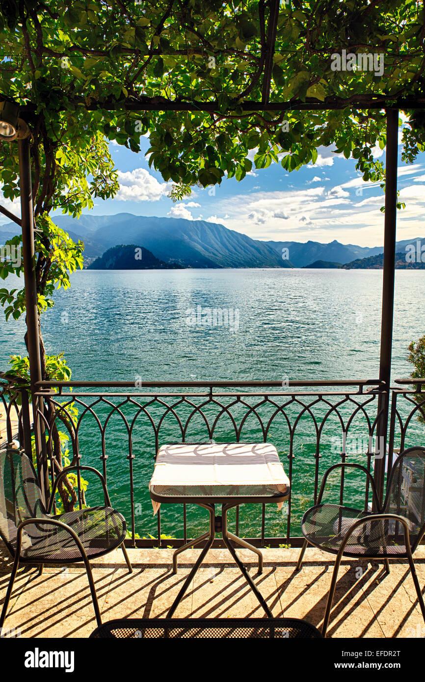 Vista di un piccolo tavolo sotto un pergolato con vista lago, Varenna, Lago di Como, Lombardia, Italia Foto Stock