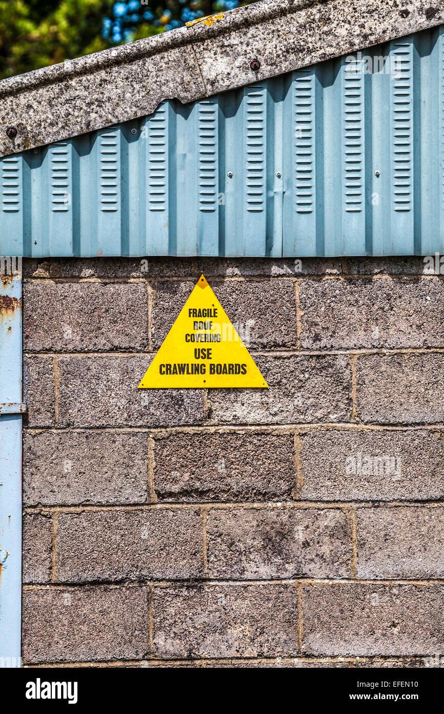 Un avviso avviso su un tetto fragile. Immagini Stock