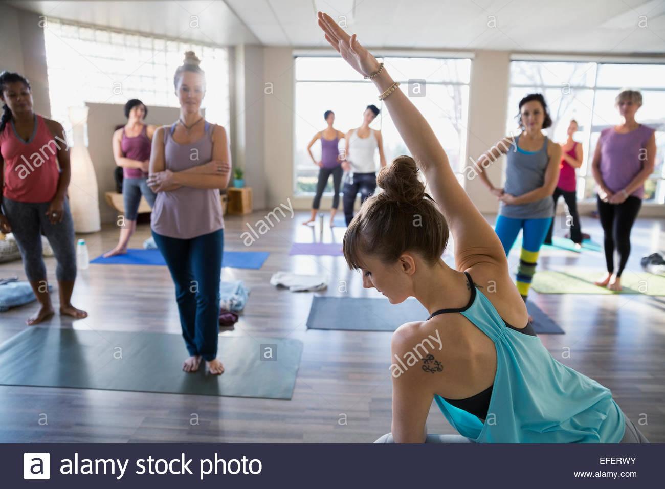 Istruttore Yoga dimostrando laterale modificata posa ad angolo Immagini Stock