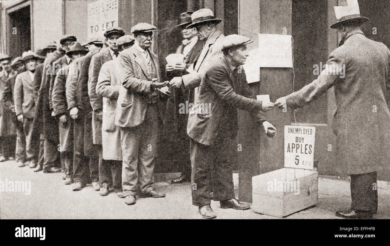 Una linea di disoccupati uomini acquistano le mele per 5 centesimi durante la Grande depressione d'America. Immagini Stock