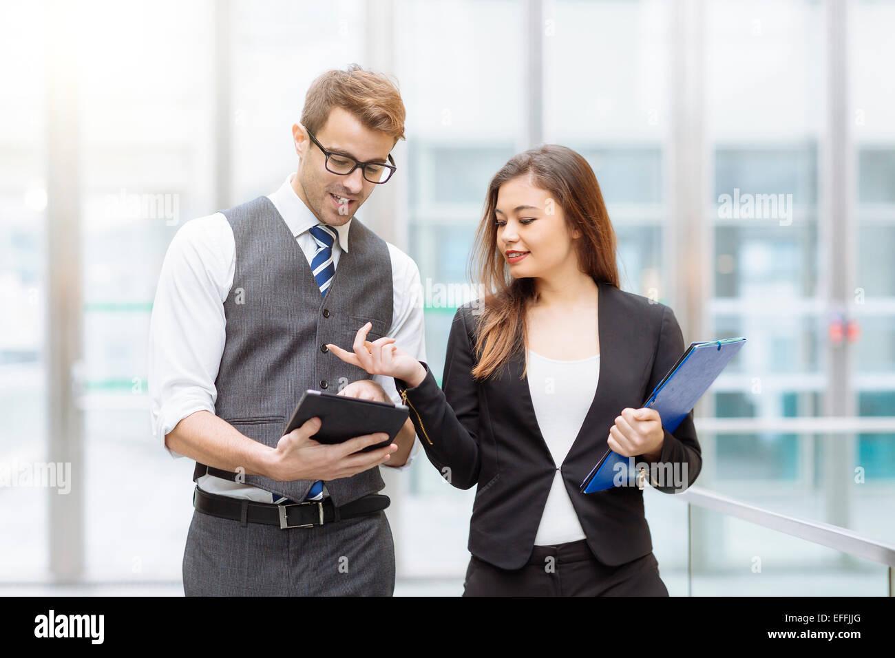 La gente di affari di incontro e condivisione delle idee Immagini Stock