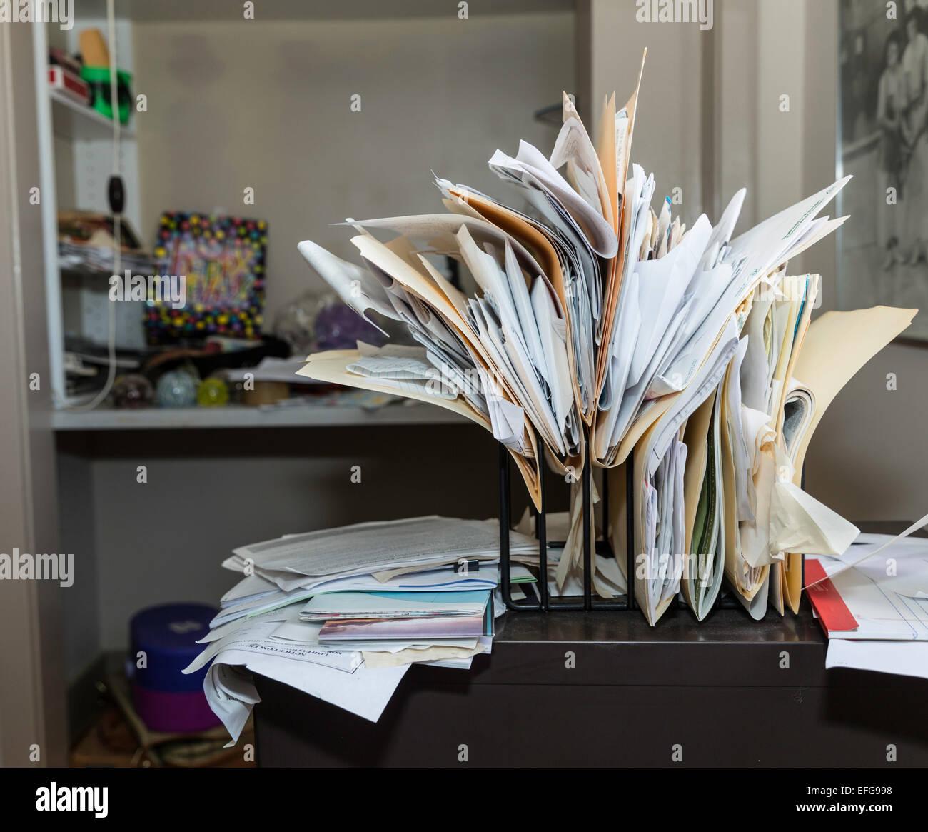 Di disordine, scrivania caotica e file Immagini Stock