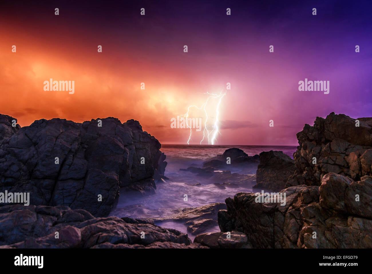 Un meraviglioso nuovo anni Sunrise riempito con le onde del mare e la feroce fulmini. Foto Stock