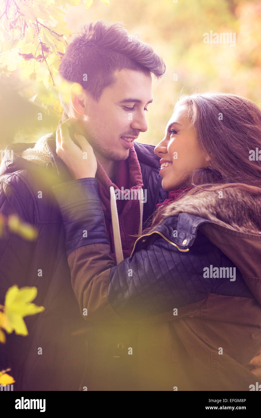 Giovane kissing nella pittoresca foresta di autunno Immagini Stock