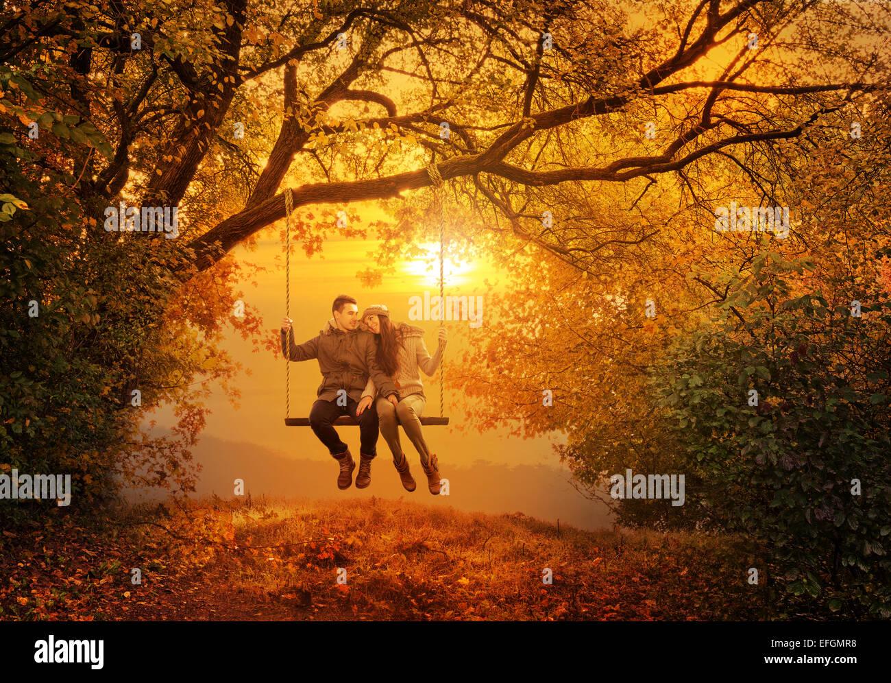 Coppia romantica swing in autunno park Immagini Stock