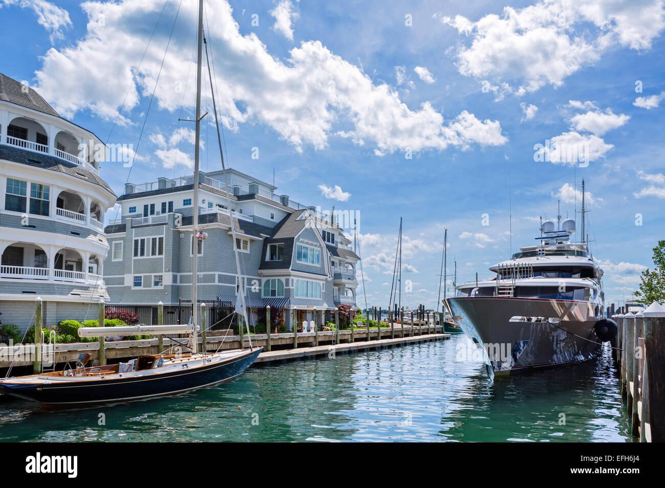 Yacht di lusso ormeggiato al Vanderbilt Residences, condomini esclusivi a Brown e Howard Wharf, Newport, Rhode Island, Foto Stock