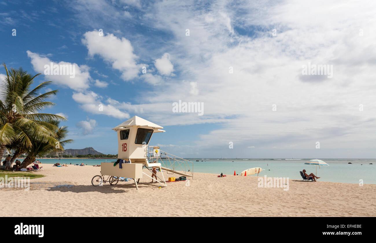 Bagnino di salvataggio sulla stazione di Ala Moana Beach Honolulu. Sabbia bianca, un cielo blu e oziare lucertole Immagini Stock