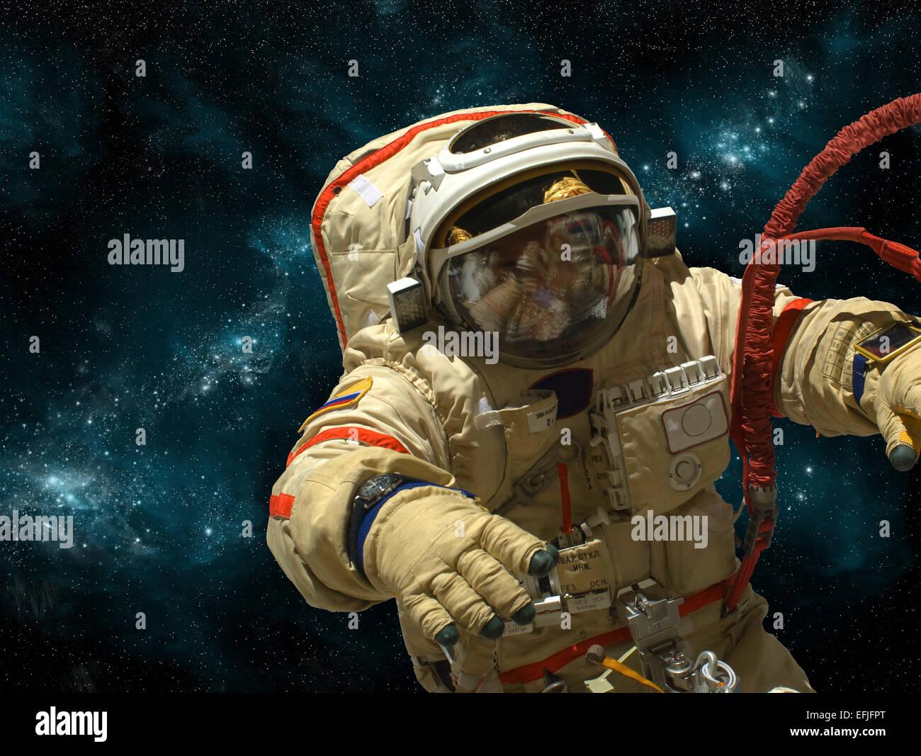 Un cosmonauta galleggia nello spazio profondo su uno sfondo di stelle e la nebulosa. Immagini Stock