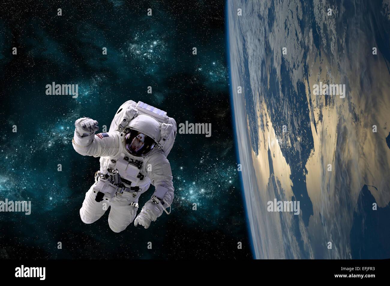 Un artista della raffigurazione di un astronauta fluttuante nello spazio mentre in orbita intorno a una grande massa Immagini Stock