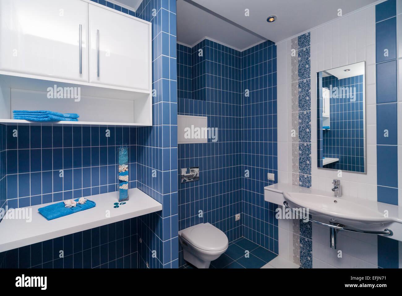 Bagno moderno toled con piastrelle bianche e blu foto immagine