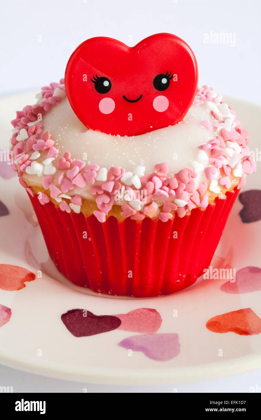 Valentino anello rosso cupcake impostato sulla piastra di cuore su sfondo bianco - ideale per il giorno di San Valentino, il giorno di san valentino Foto Stock