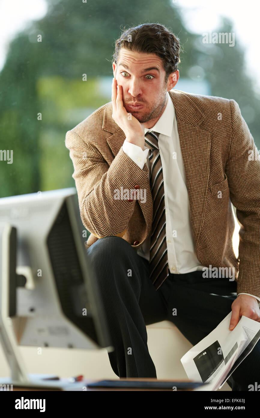 L uomo ha sottolineato durante il lavoro Foto Stock
