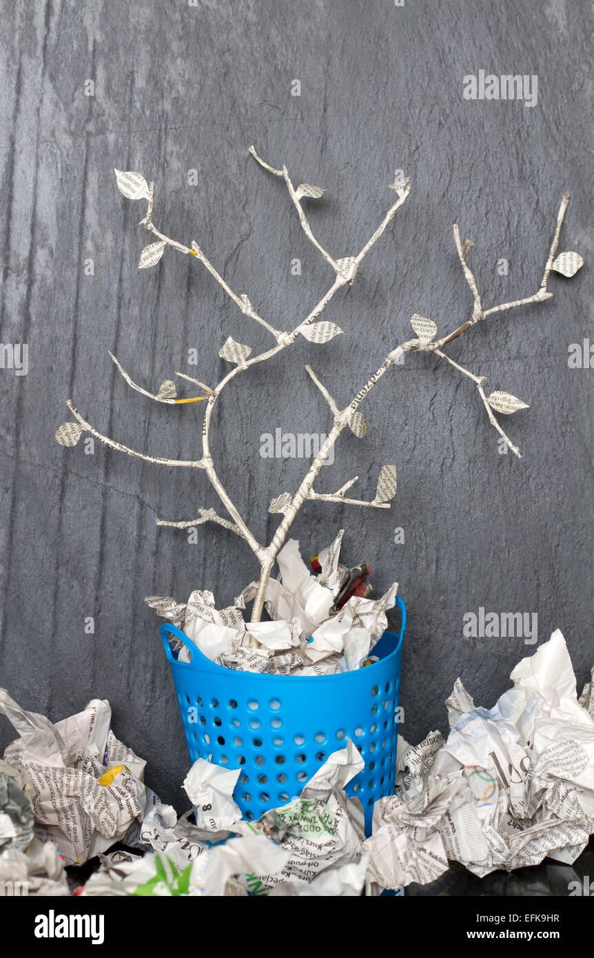 Albero di carta nel cestino di riciclo può unico concetto astratto Immagini Stock