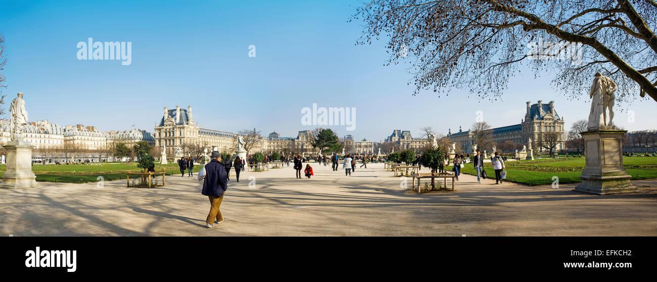 Parco delle Tuileries e il Louvre, Parigi, Francia, marzo 2012. Stiched panorama. Immagini Stock