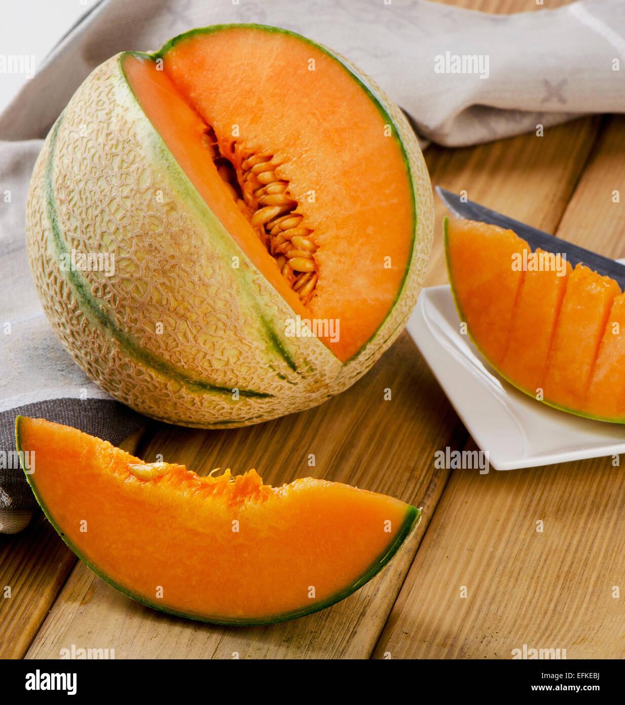 Melon su sfondo di legno. Messa a fuoco selettiva Immagini Stock
