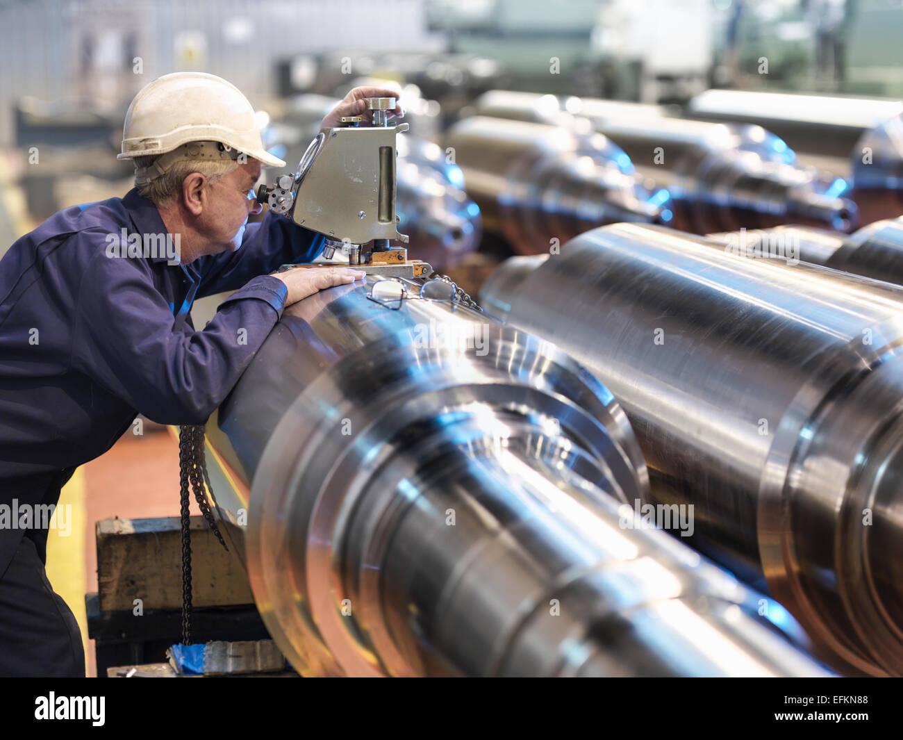 Il test di durezza del pezzo in acciaio nella fabbrica di ingegneria Immagini Stock