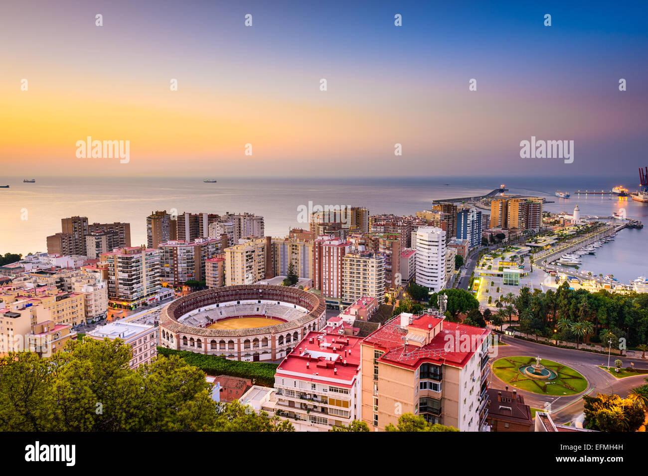 Malaga, Spagna alba skyline verso il mare Mediterraneo. Immagini Stock