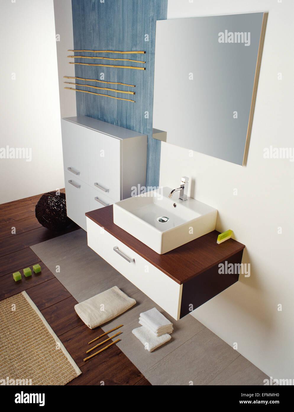 Armadietto Bagno Moderno una foto di una frizzante bagno moderno. include montato a