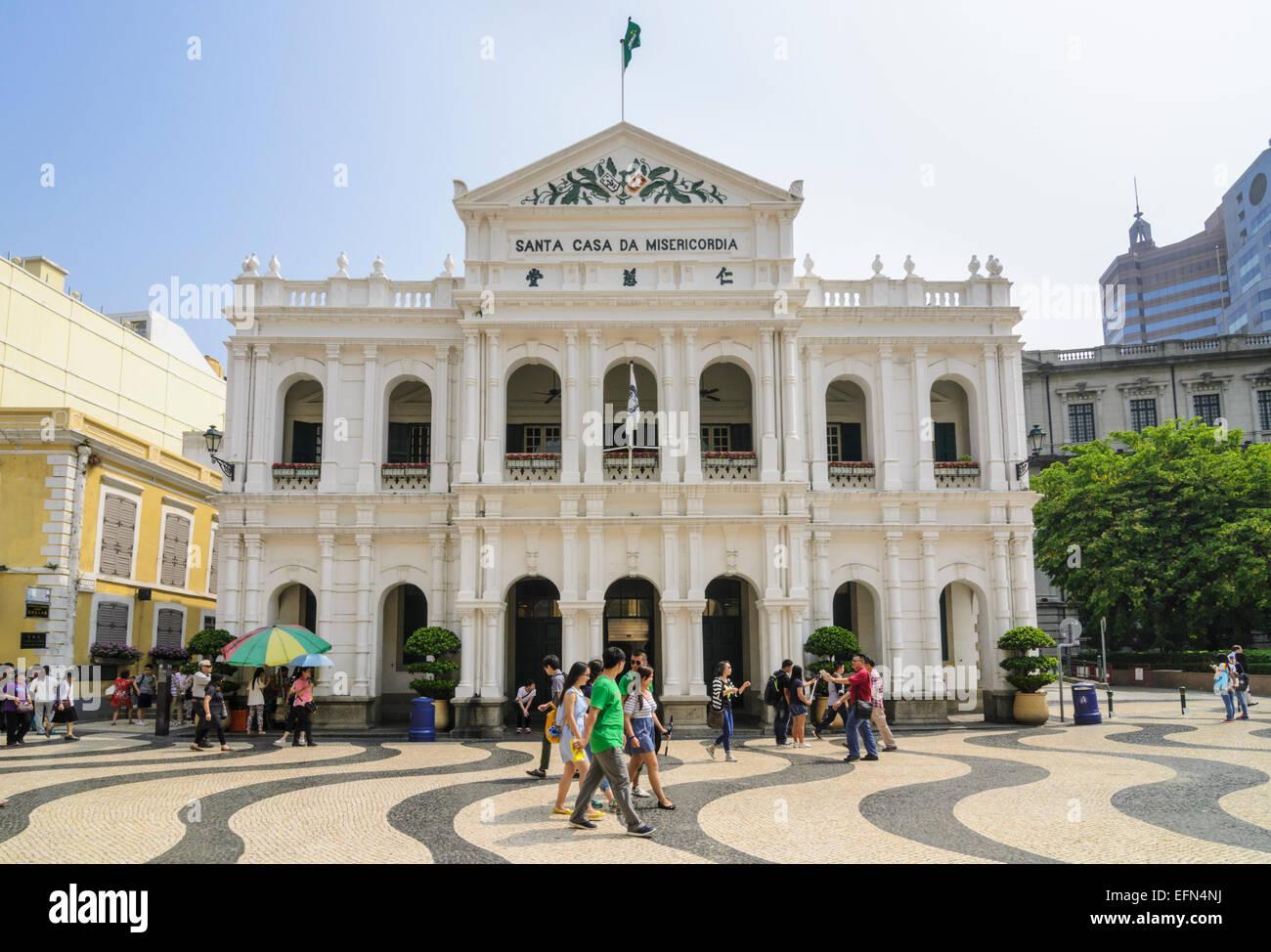Pavimentazione mosaico di Piazza Senado ed il bianco della Santa Casa della Misericordia, Macau, Cina Immagini Stock