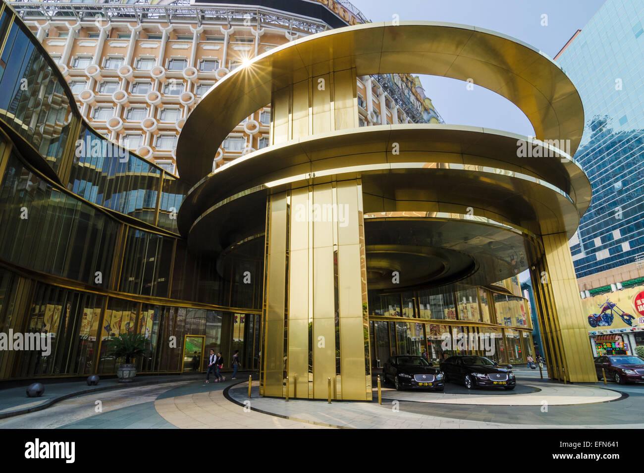 Hotel di lusso auto parcheggiate fuori l'oro entrata all'Hotel Lisboa, Macau, Cina Immagini Stock