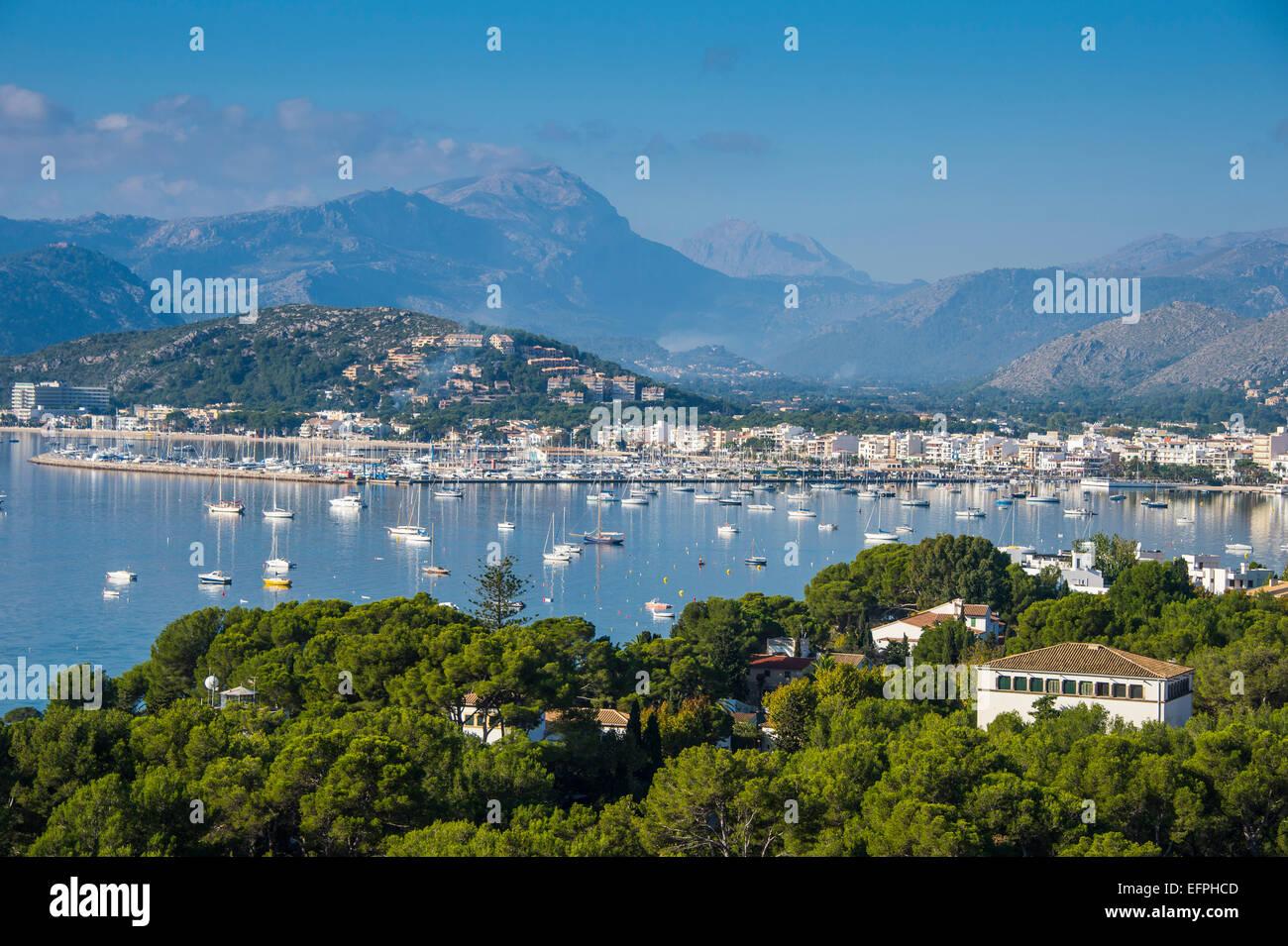 La vista della Baia di Port de Pollenca con molte barche a vela, Maiorca, isole Baleari, Spagna, Mediterraneo, Europa Immagini Stock