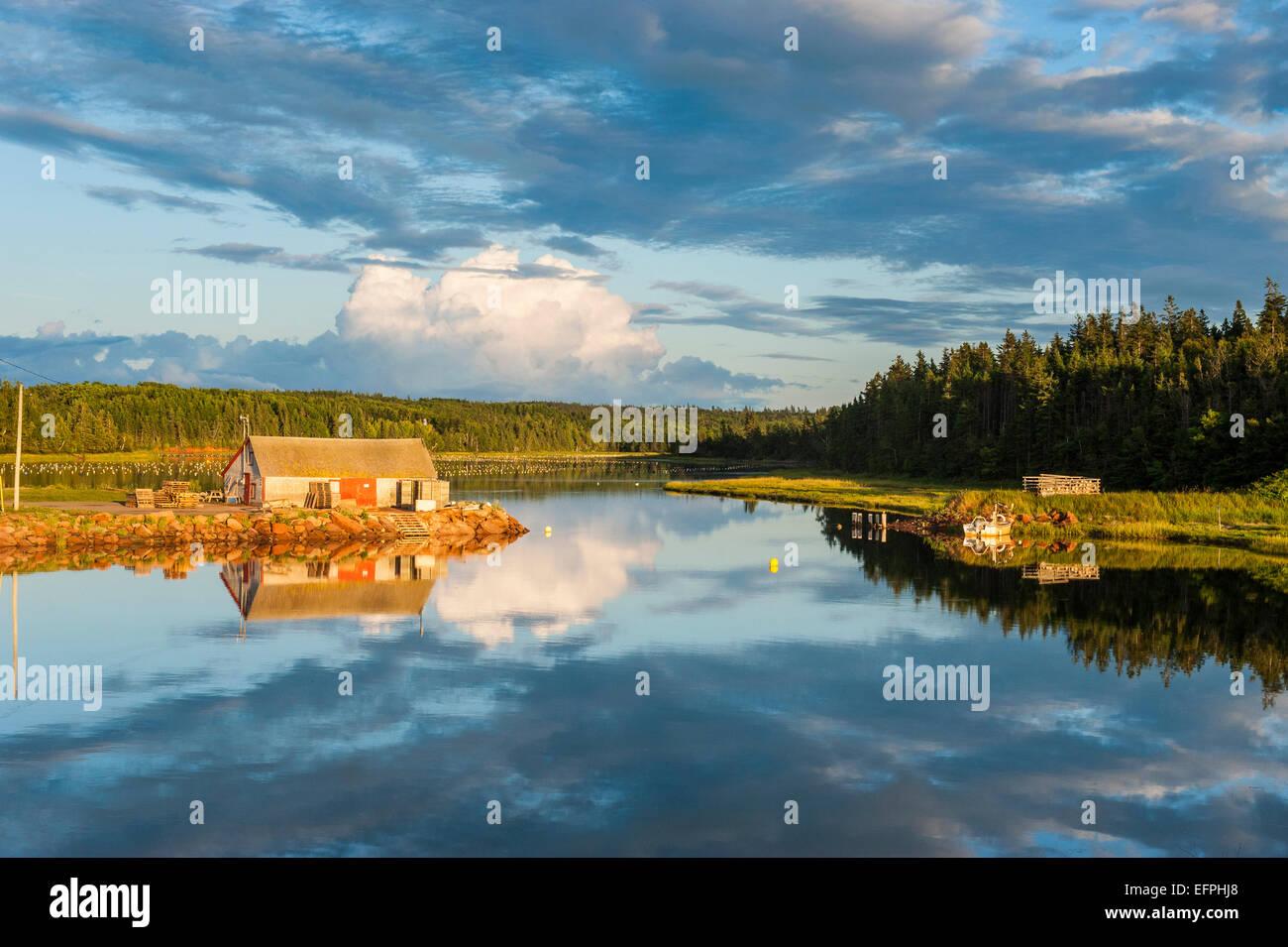 Piccolo capanno sul lago al tramonto sulla sponda nord del Prince Edward Island, Canada, America del Nord Immagini Stock