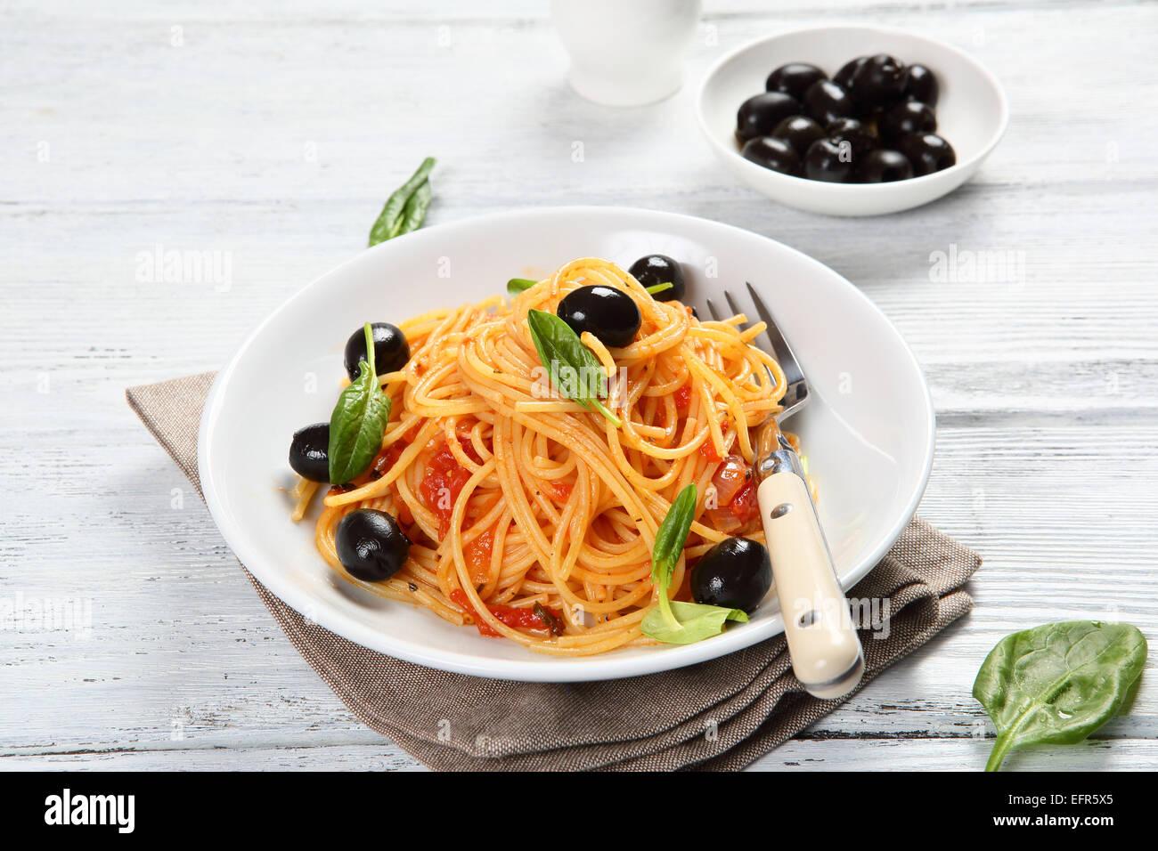 Pasta con olive e basilico, cibo Immagini Stock