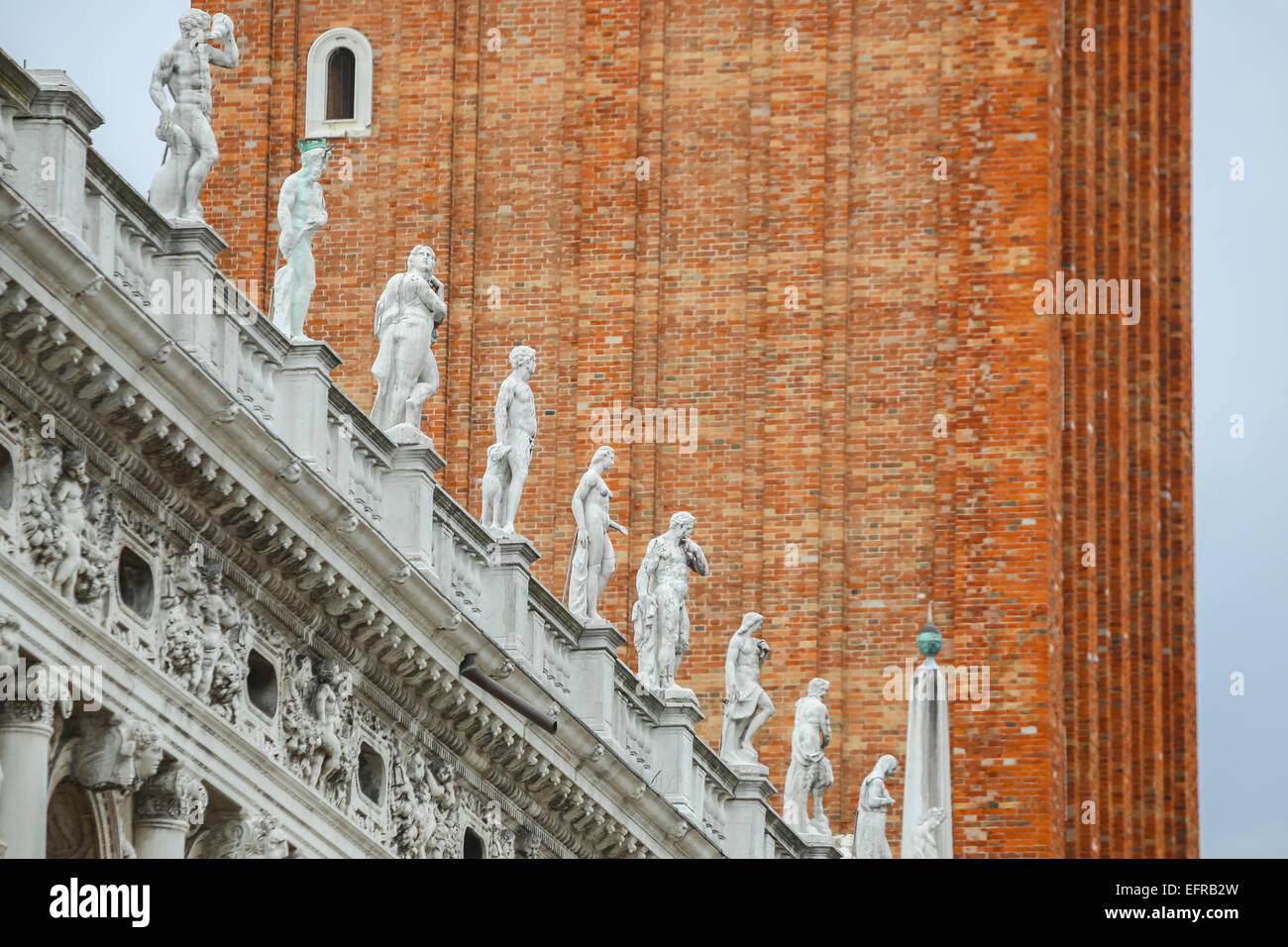 Le statue sulla parte esterna della Biblioteca Nazionale di San Marco a Venezia, Italia. Foto Stock