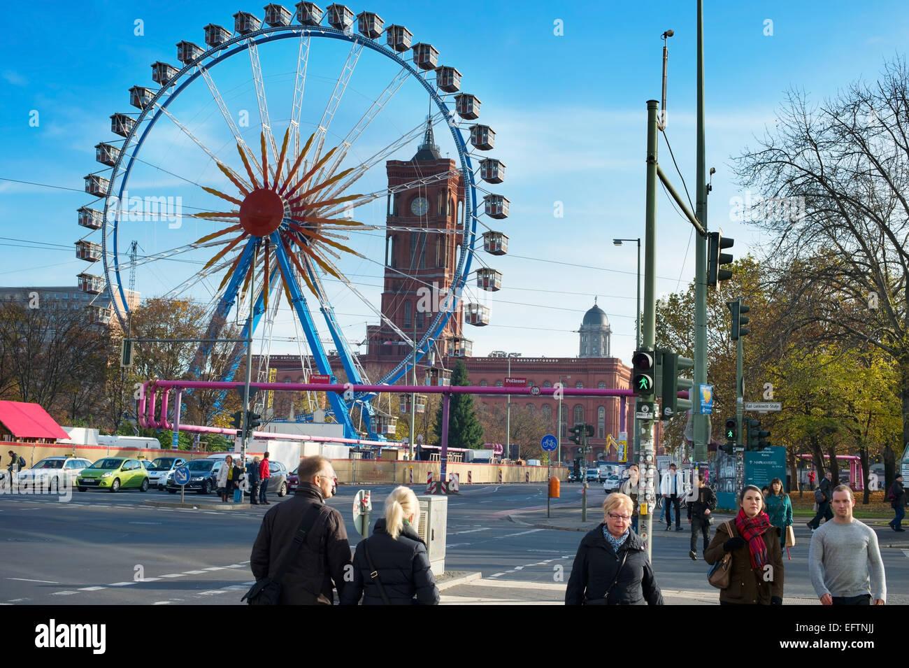 Vista della ruota panoramica Ferris a Alexanderplatz. Immagini Stock