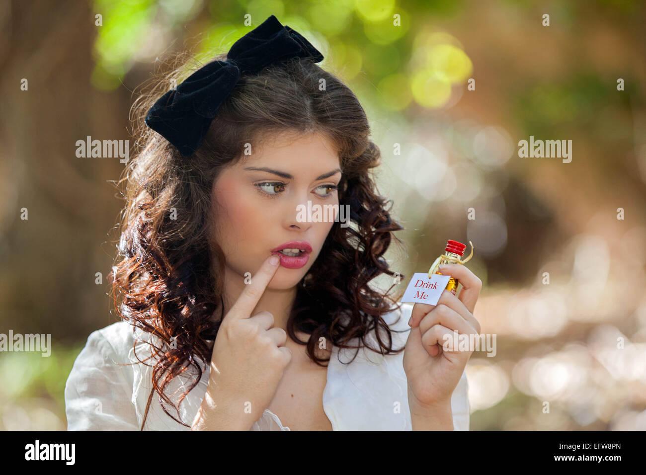Concetto di tentazione, alcolismo o dipendenza. drink Immagini Stock