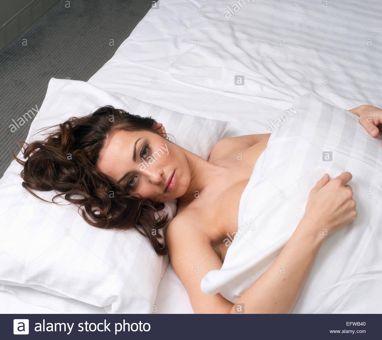 https://c8.alamy.com/compit/efwb40/giovani-da-sola-camera-da-letto-letto-sdraiato-faccia-pensare-donna-letto-ritratto-di-uno-stile-di-vita-giovane-adulto-una-sola-persona-giovani-donne-belle-efwb40.jpg