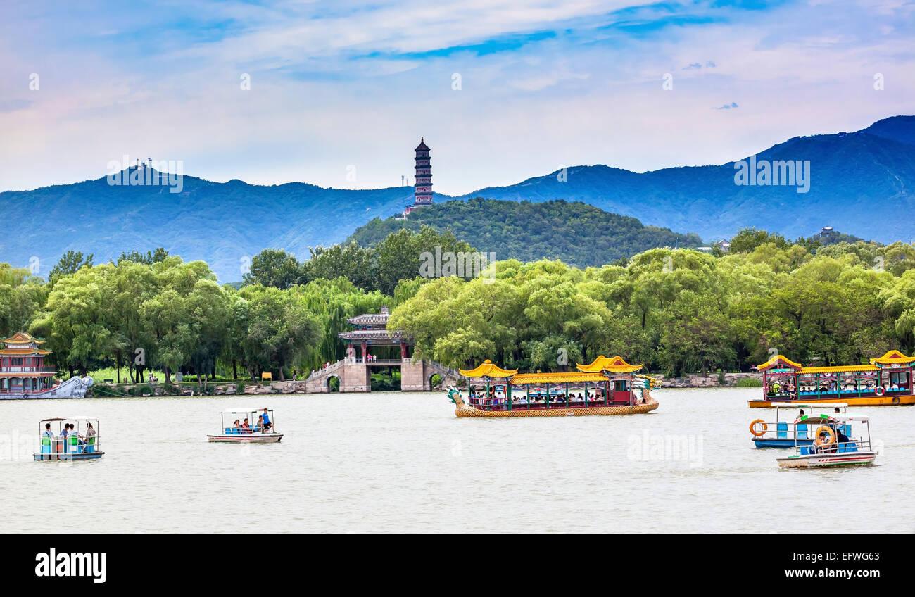 Yue Feng Pagonda barche sul lago Palazzo estate Pechino CINA Immagini Stock
