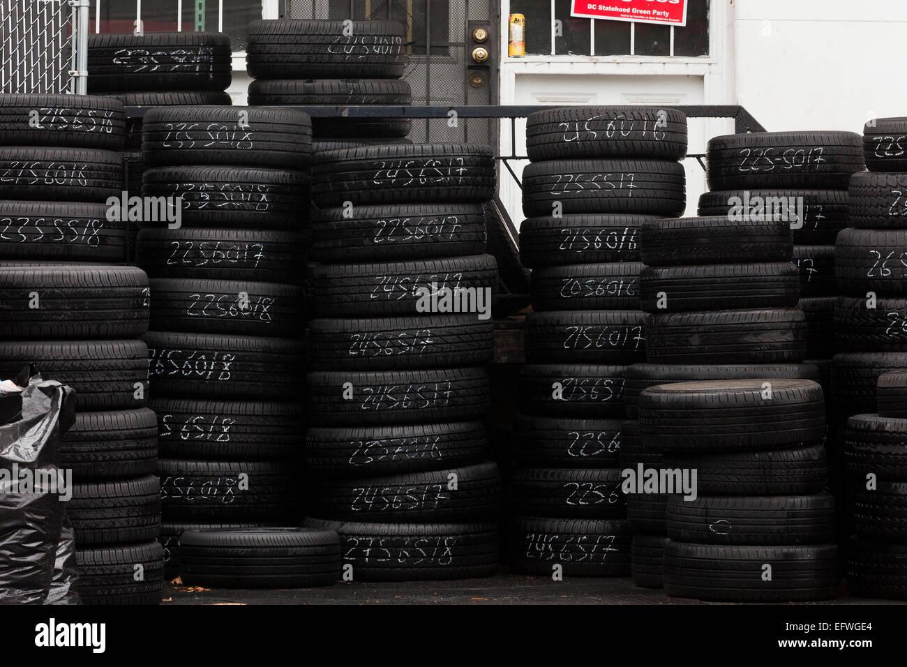 Pneumatici impilati al negozio di pneumatici - USA Immagini Stock