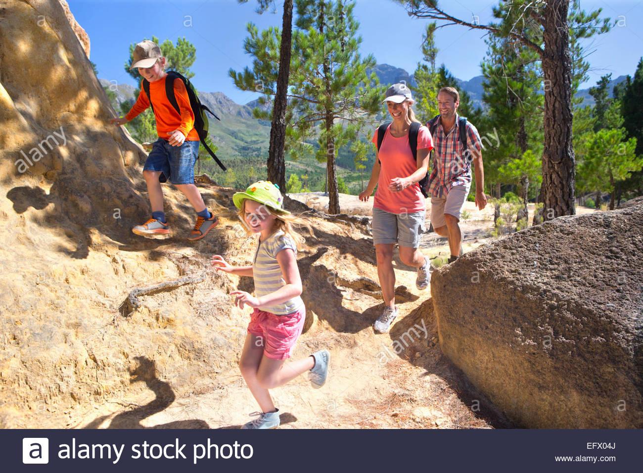 Famiglia escursioni sul sentiero di montagna Immagini Stock