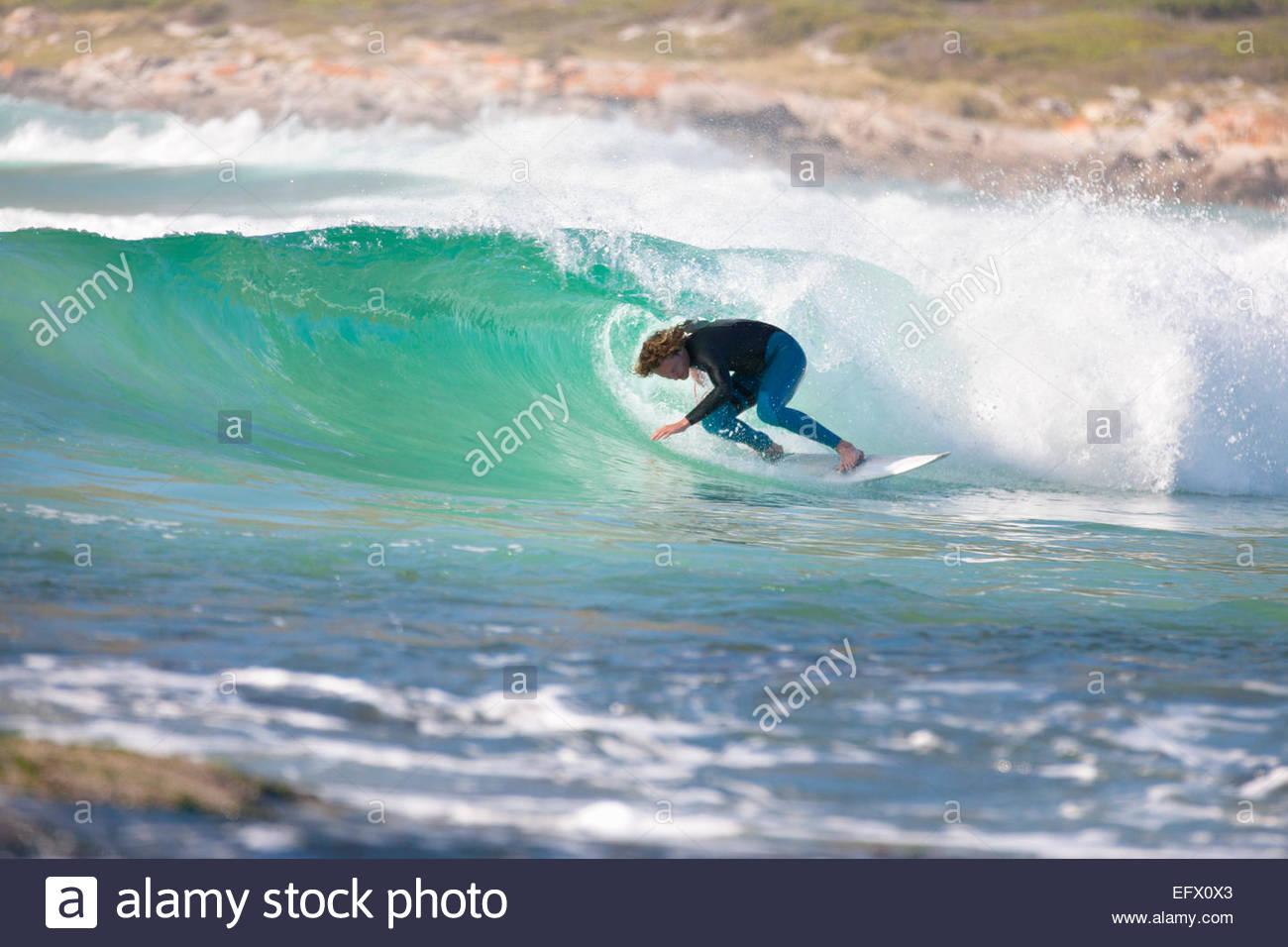 Surfer surf nel tunnel della grande onda Immagini Stock
